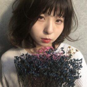 jille-黒髪ボブの花束を持つ女性