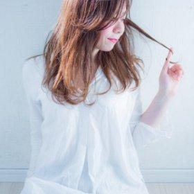anpians-毛先を触る女性