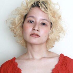 partil-金髪のパーマの女性