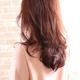 aura-艶やかで華やかなロングヘアのパーマスタイル
