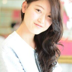 LeyYokohama-片側でまとめた巻き髪スタイル