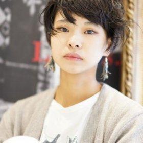 エアリーでくしゅっとした黒髪ショートのレイヨコハマスタイル写真