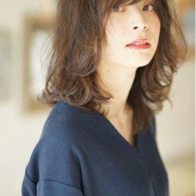 シンプルな服でもかわいいレイヨコハマのラフなミディアムパーマスタイル写真
