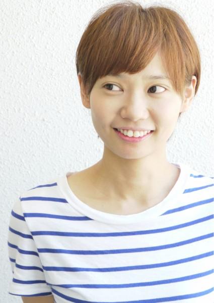 kuroromu-ショートヘアの女性