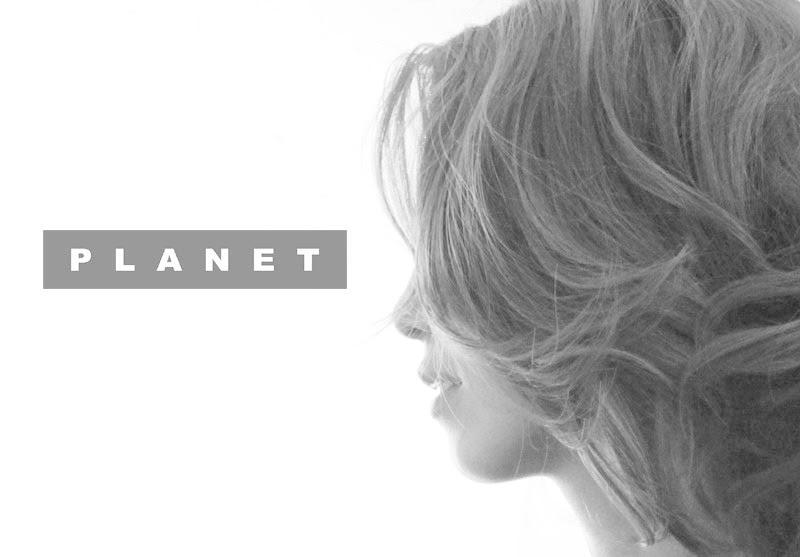 private-プラネットのロゴが入った女性の写真
