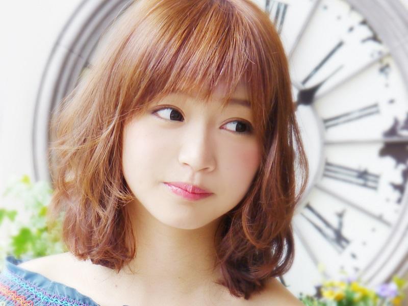 nagoya-color-ブラウンのふんわりしたミディアムヘアの女性