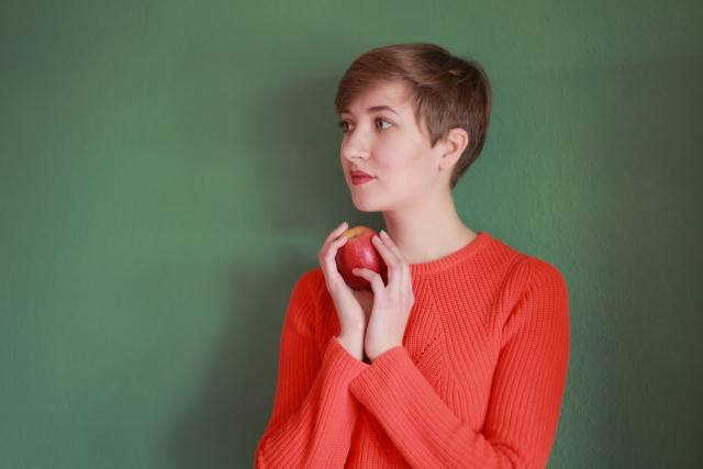 sapporo-short-リンゴを持つ女性