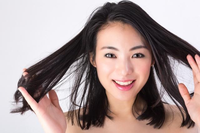 woman-stylist-髪を触る女性