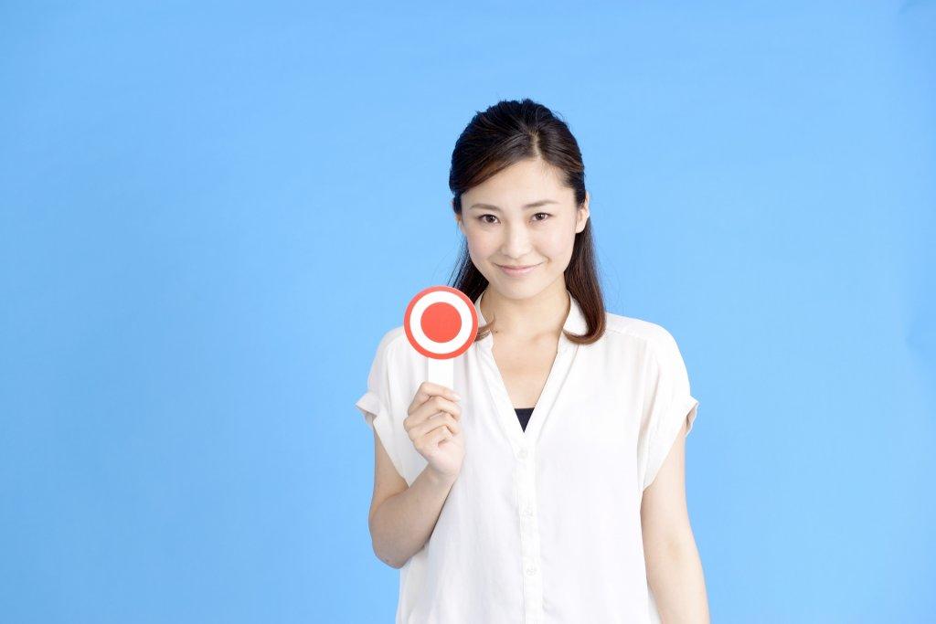 drycut-札を持つ女性