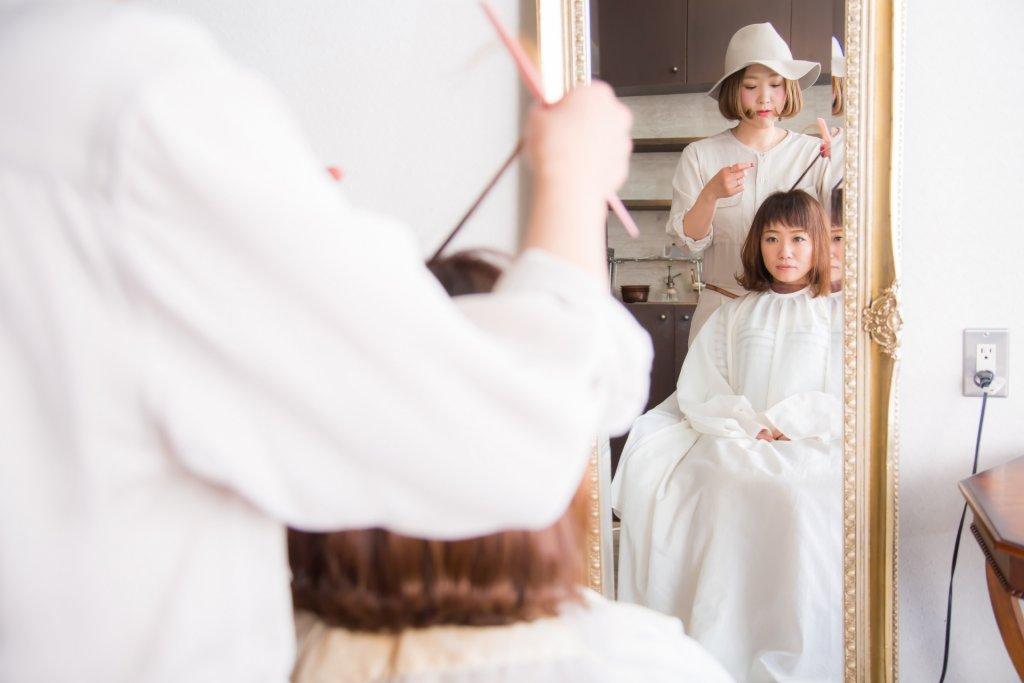 drycut-鏡越しの女性