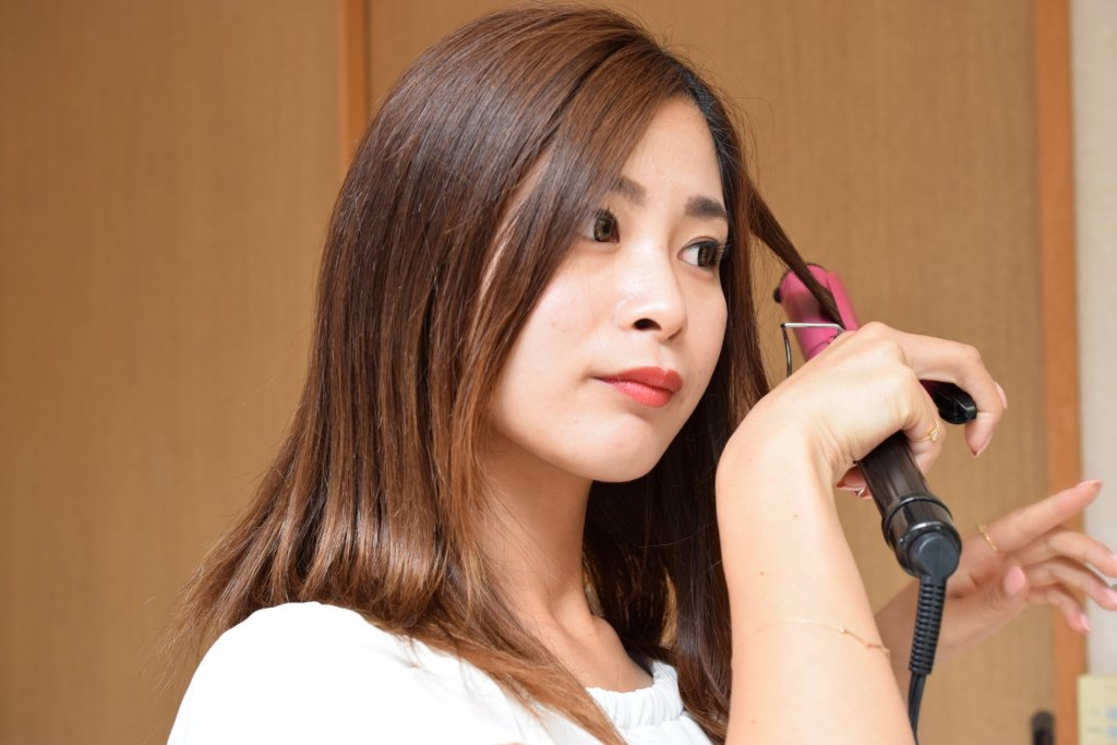 salon-treatment-アイロンする女性