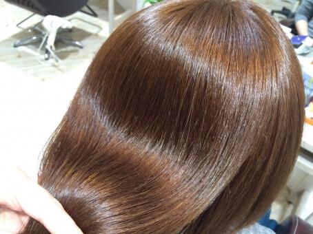 綺麗な髪色の女性の写真