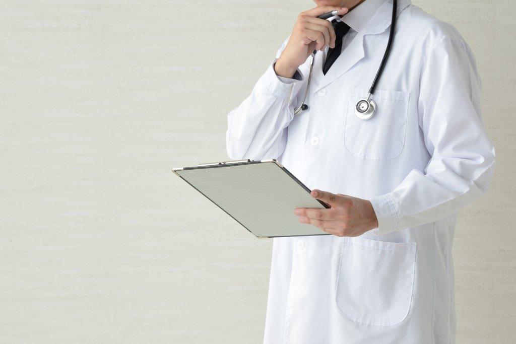 悩んでいる医者の写真