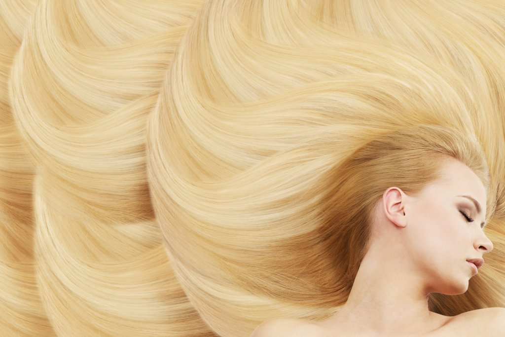 綺麗なブロンドヘアーの女性の写真