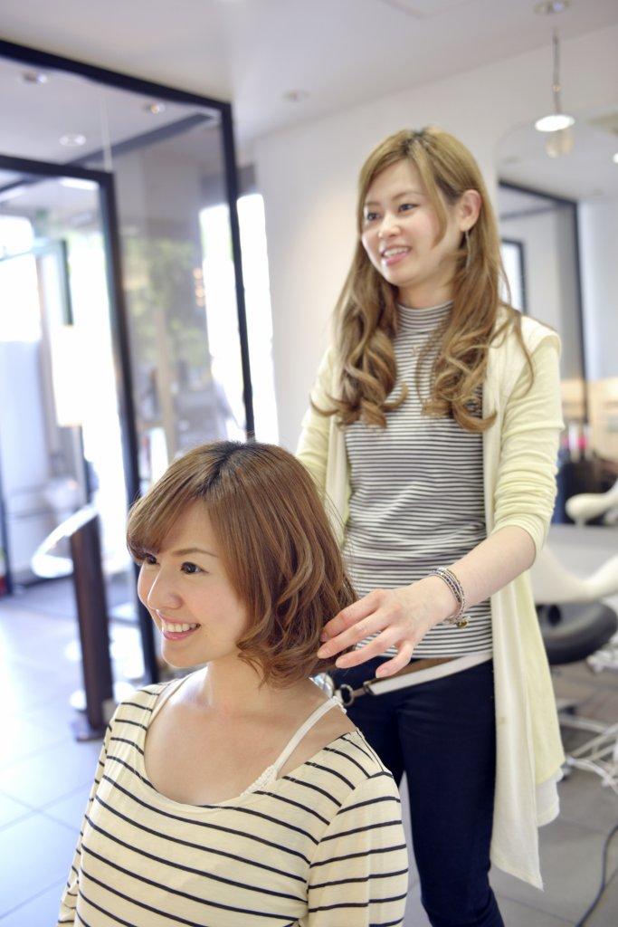美容師と話す女性の写真