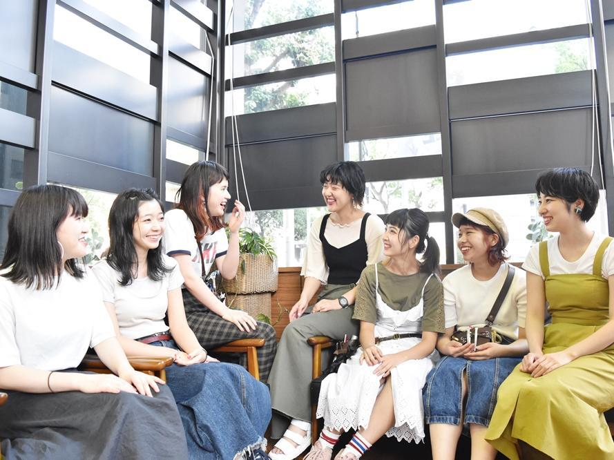 笑顔で話している7人の女性の写真