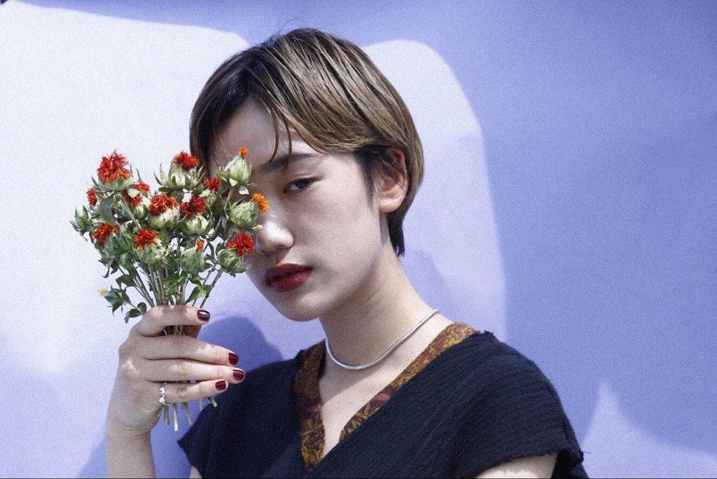 クリアーオブヘアーの、花束を持つショートヘアを持つ女性のスタイル写真