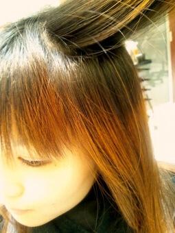 髪色にムラがある女性の写真