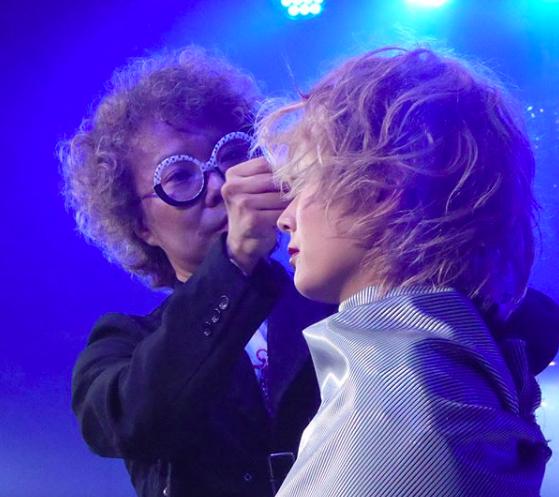 ステージ上でスタイリングを行うグラーツィエのオーナー篠谷さんの写真