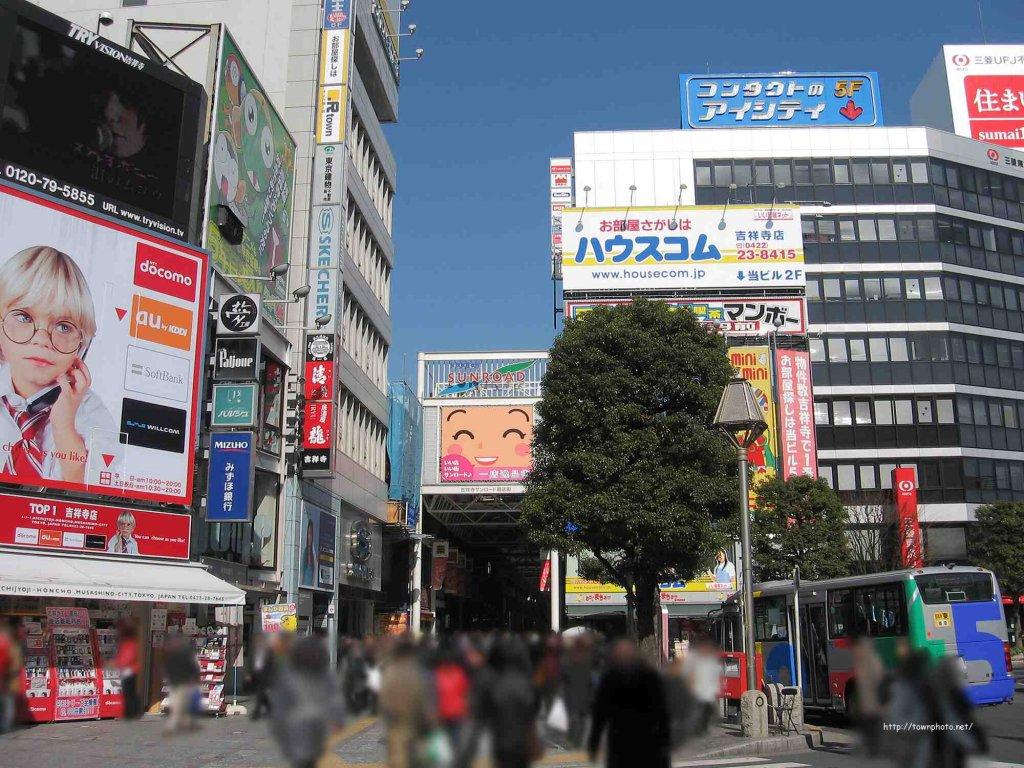 人でにぎわう吉祥寺駅北口の写真