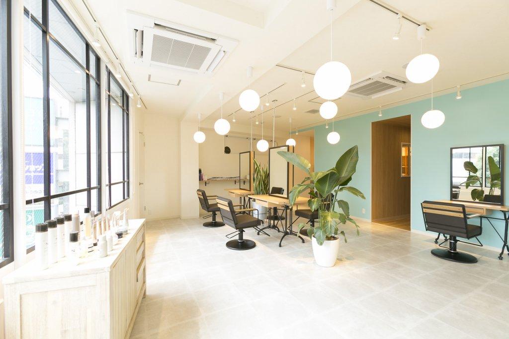 丸い照明のある広い美容室の写真