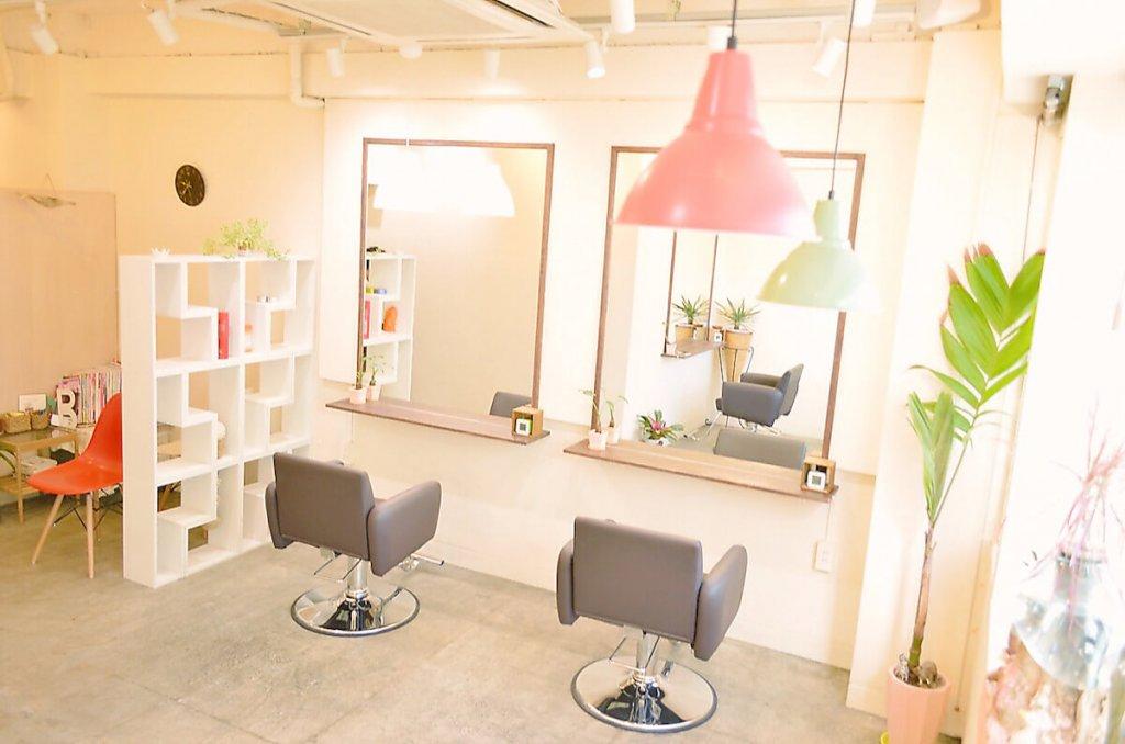 赤い照明と2つの椅子が並ぶムーキチの店内写真