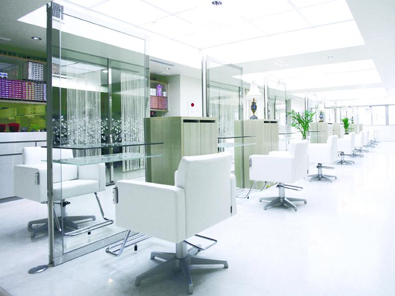 白い椅子、白い床のイーエムエーの店内写真