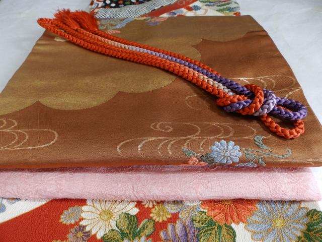 折り重なる着物の帯の写真