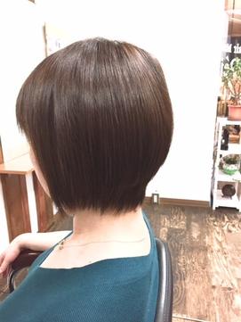ツヤのあるショートヘアの女性の写真