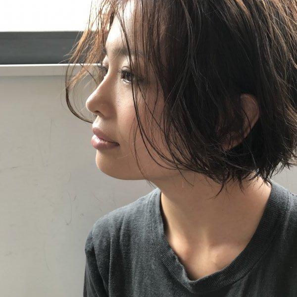 横を向くショートヘアの女性の写真