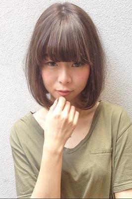 straight-顎に手を置くボブヘアの女性の写真