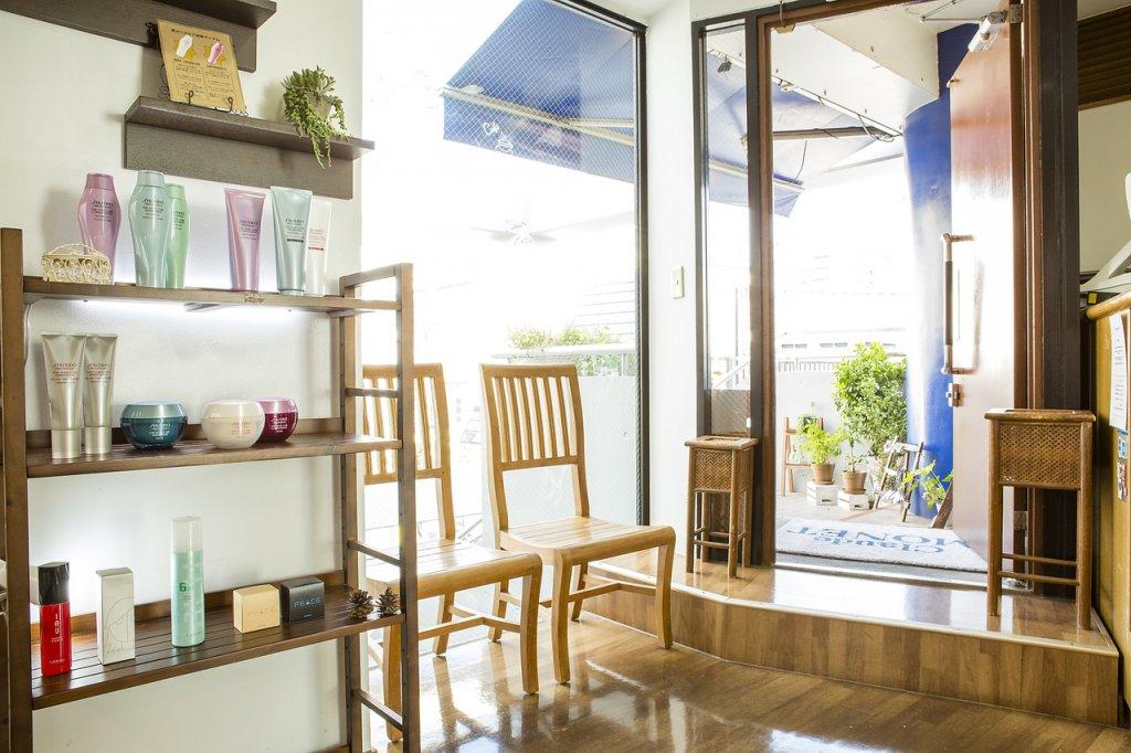 商品棚と椅子があるモネの待合室の写真
