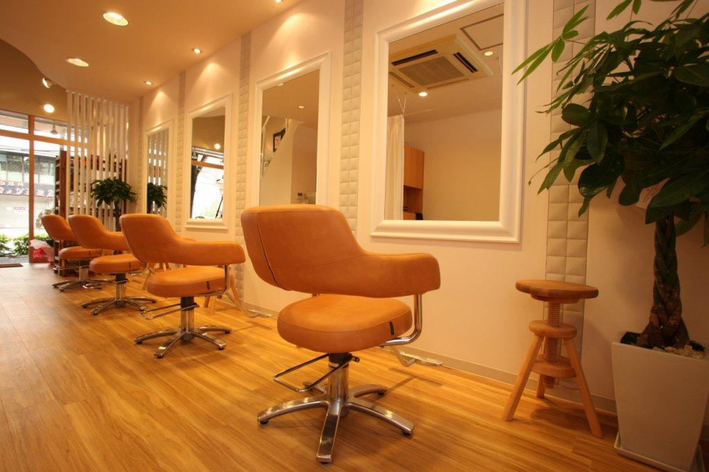 オレンジ色の椅子が並ぶテラナチュレの店内写真