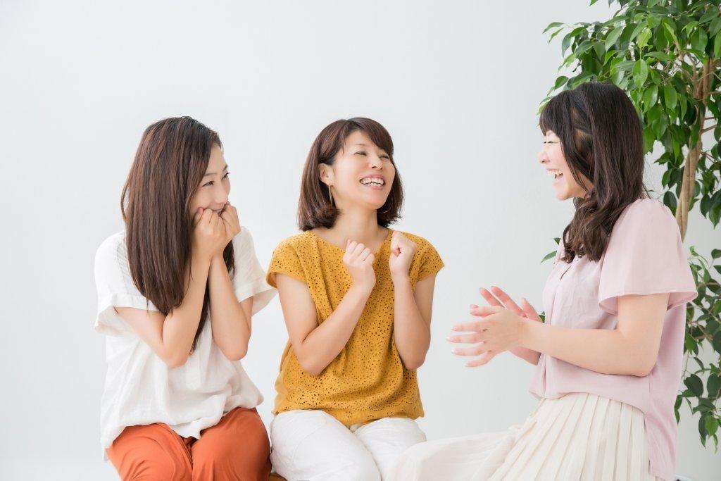 盛り上がる女性3人の写真